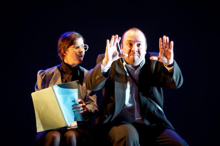Jeanne Gionet-Lavigne et Jonathan Gagnon dans une représentation de Loin du Théâtre Hareng rouge